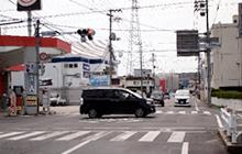 岡山東警察署前の交差点を左折して下さい